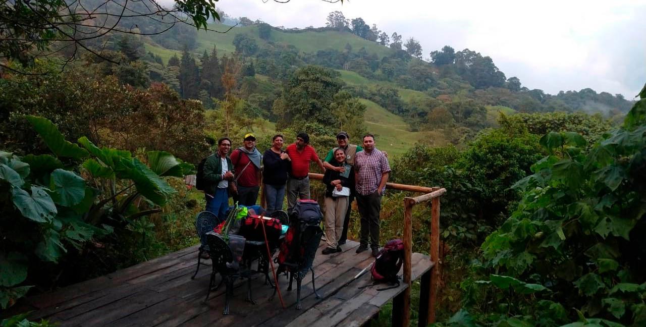 Personas sobre tarima al costado de una montaña